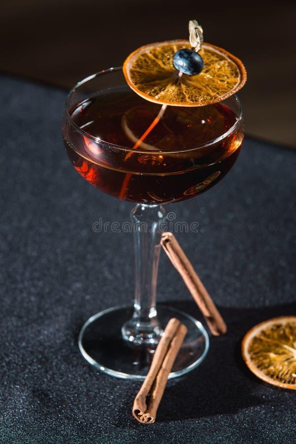 Boulevardier koktajl z pomarańcze szczerbi się na wierzchołku Na prętowym biurku fotografia royalty free