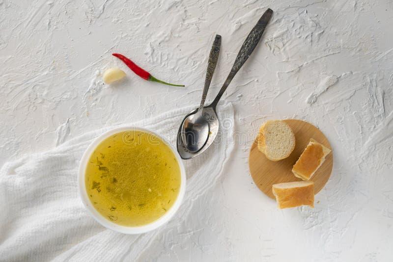 boullion cocinado casero o sopa clara en un cuenco de cer?mica en la cocina, la comida sana y las dietas fotos de archivo libres de regalías