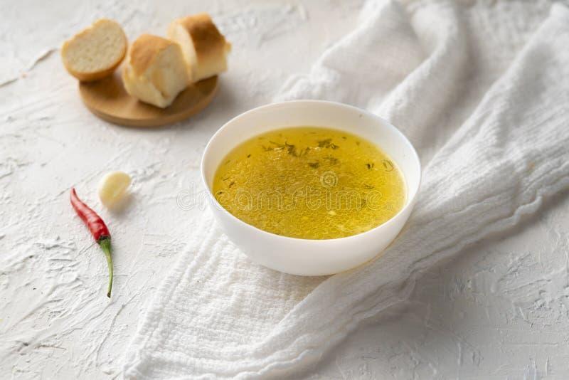 boullion cocinado casero o sopa clara en un cuenco de cer?mica en la cocina, la comida sana y las dietas imágenes de archivo libres de regalías