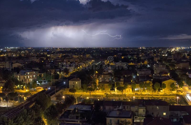 Boulon de foudre au-dessus de la ville photographie stock libre de droits