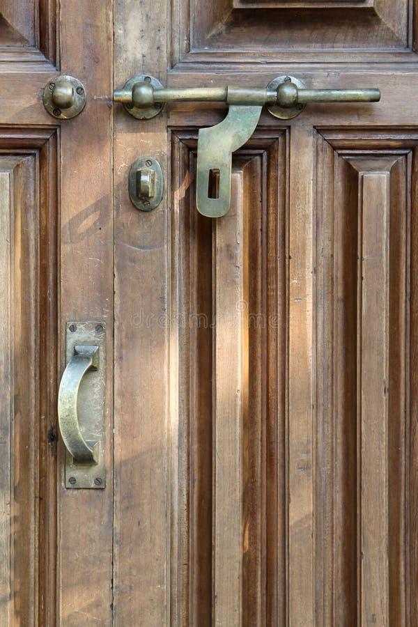 Boulon de laiton de style de cru sur la porte en bois photo stock