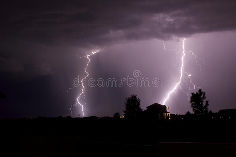 Boulons de foudre dans le ciel de nuit images stock