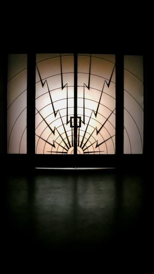Boulons de foudre sur l'entrée principale en verre opaque image libre de droits