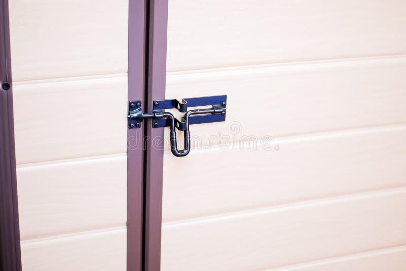 Boulons ou verrous en métal en plan rapproché en bois de porte photographie stock libre de droits