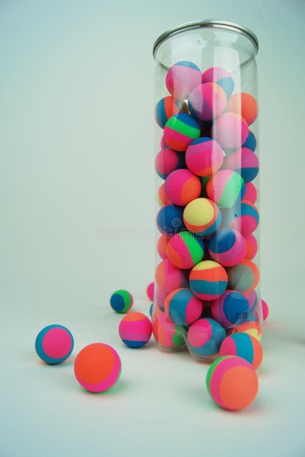 Bouncyballen in container stock afbeeldingen