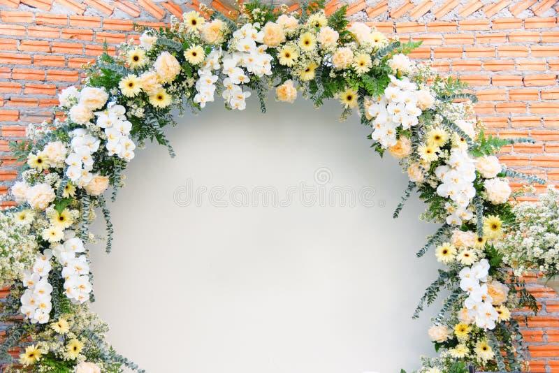 Bouqet för blommor för garnering för båge för bakgrundbröllopblomma som gul härlig är vit och royaltyfri foto