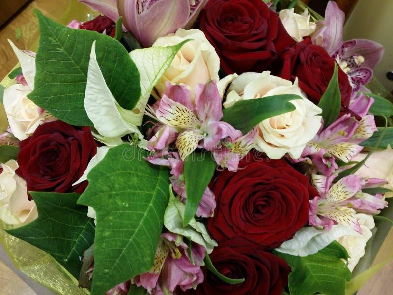 Bouqette kwiaty z wzrastał irysa zdjęcie royalty free