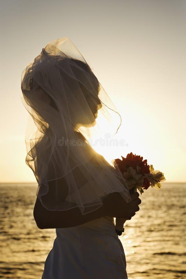 Bouque della holding della sposa fotografie stock libere da diritti