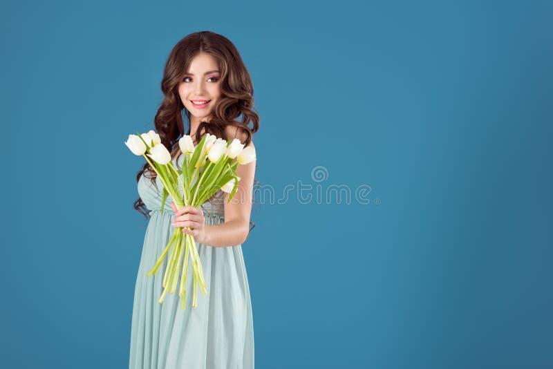 bouquet attrayant d'apparence de fille des tulipes photographie stock