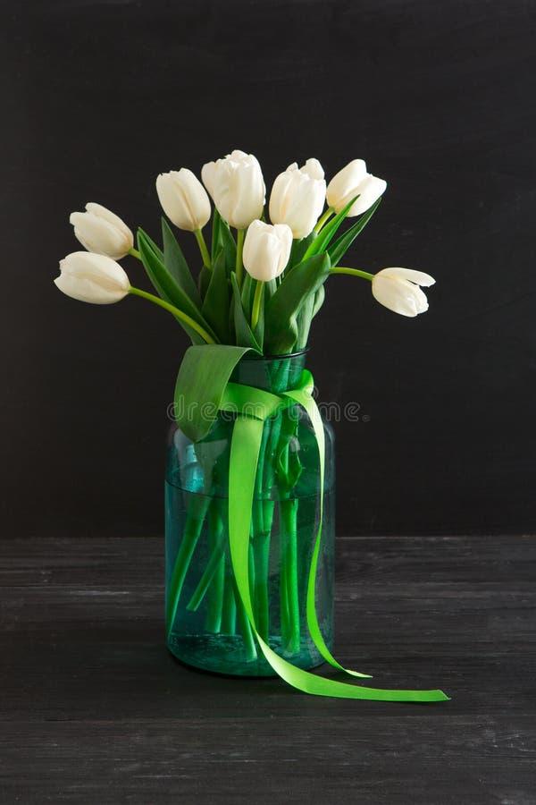 Bouquet blanc de tulipes sur le fond noir photos stock