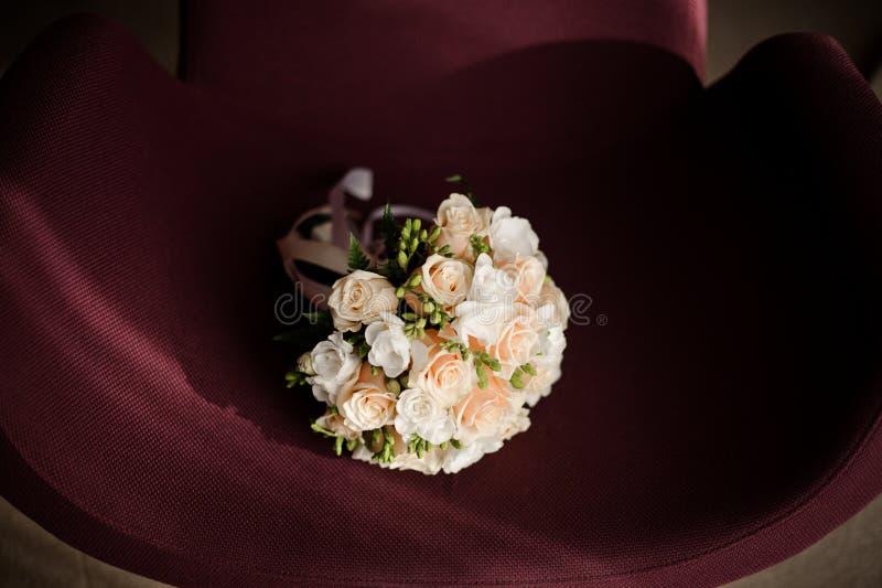 Bouquet blanc tendre de mariage fait de roses blanches d'isolement sur un fond pourpre photographie stock