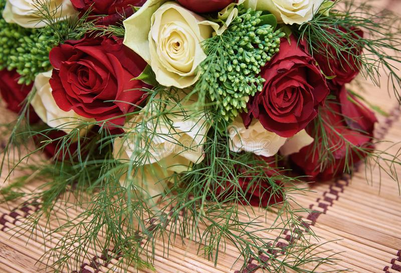 Bouquet coloré des roses blanches et rouges sur le tapis en bambou de paille de bege, fin  images libres de droits