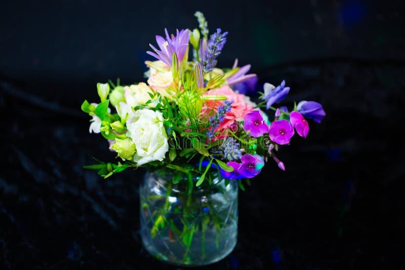 Bouquet coloré, fond noir, salutations d'anniversaire photographie stock