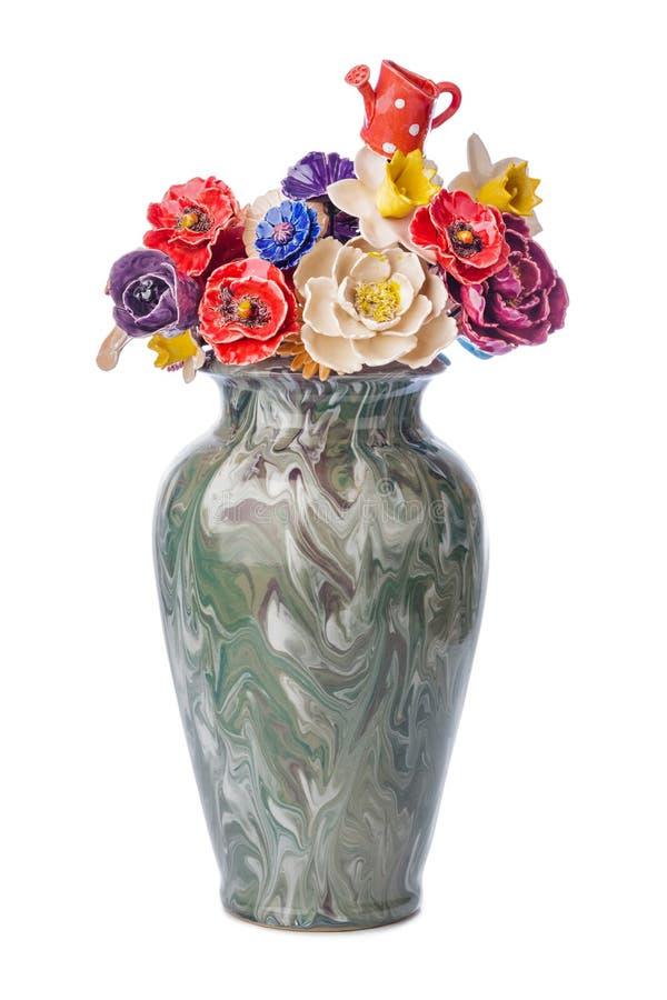 Bouquet décoratif en céramique de fleurs dans le vase photo libre de droits