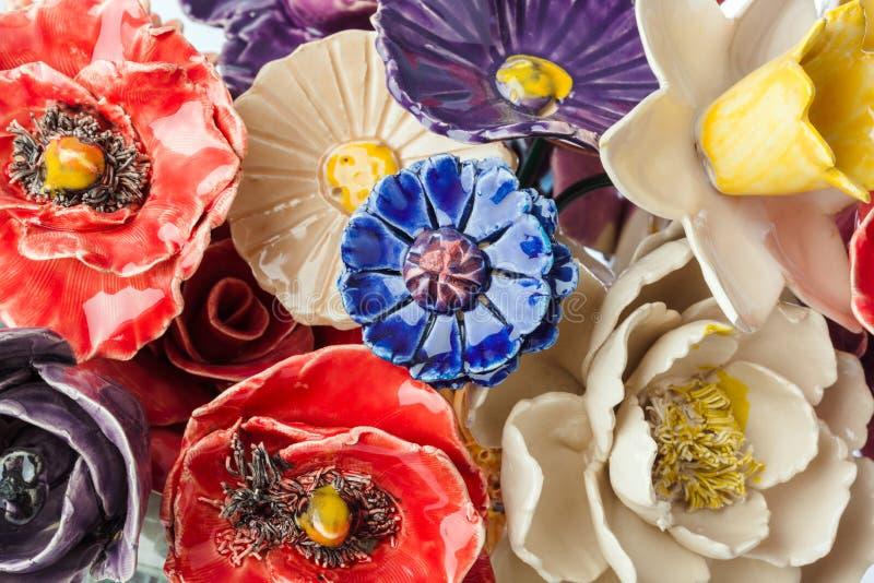 Bouquet décoratif en céramique de fleurs - fond floral images libres de droits