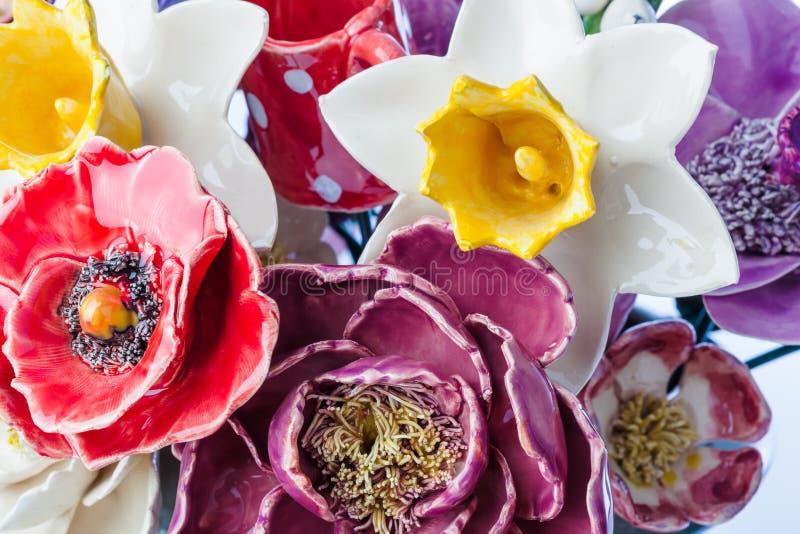 Bouquet décoratif en céramique de fleurs - fond floral image libre de droits