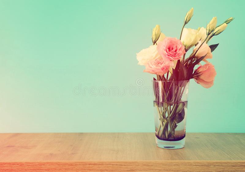 bouquet d'été des fleurs blanches et roses dans le vase au-dessus de la table en bois et du fond en bon état en pastel photos stock