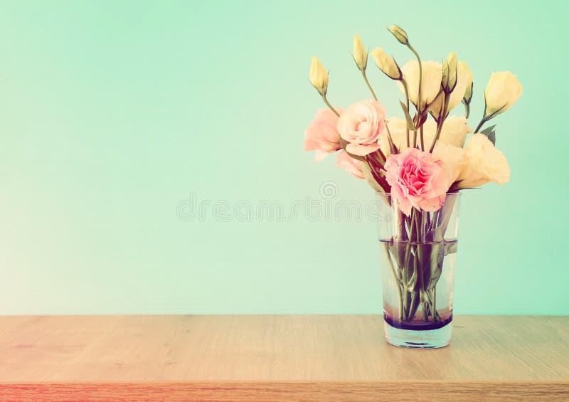 bouquet d'été des fleurs blanches et roses dans le vase au-dessus de la table en bois et du fond en bon état en pastel image stock