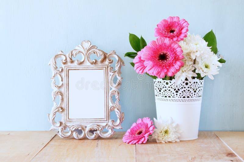 Bouquet d'été des fleurs et du cadre de victorian sur la table en bois avec le fond en bon état image filtrée par vintage photo stock