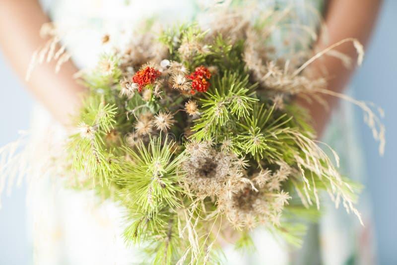 Bouquet dans des mains images stock