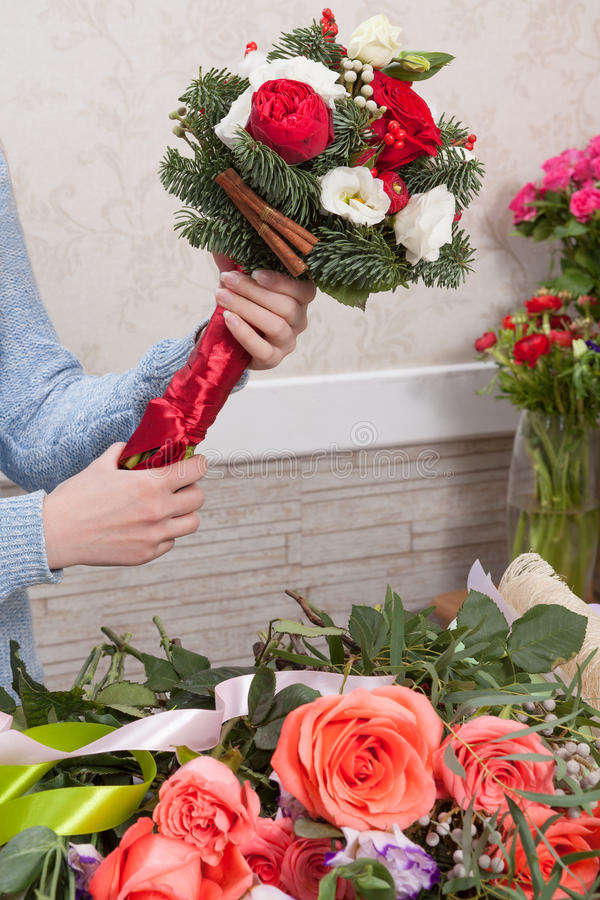 Bouquet dans les mains de la femme au fleuriste photo stock