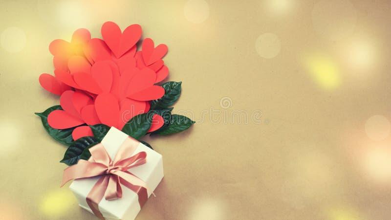 Bouquet de bannière de concept rouge d'arc de ruban de satin de cadeau de coeurs de Valentine& x27 ; jour de s, anniversaire, wom photos stock