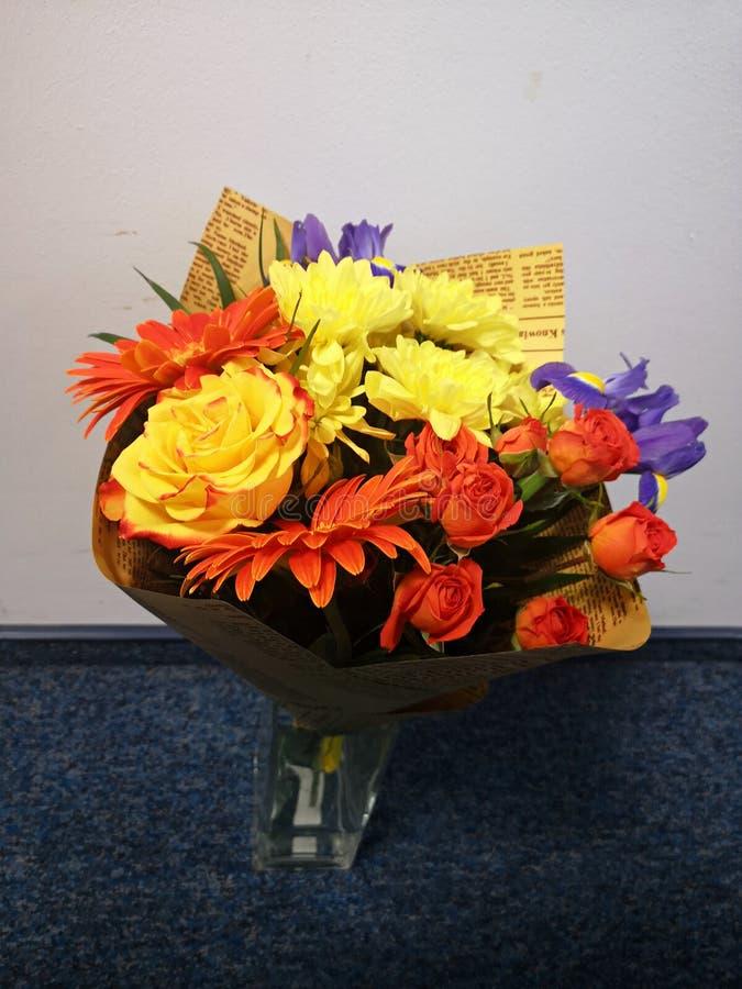 Bouquet de belles fleurs jaunes, oranges et violettes images libres de droits