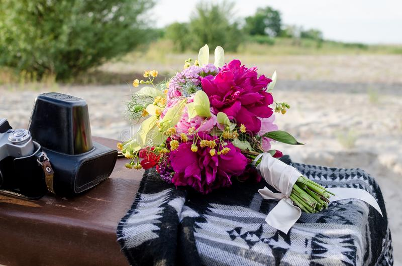 Bouquet de boho de mariage avec les fleurs magenta et jaunes roses photos libres de droits