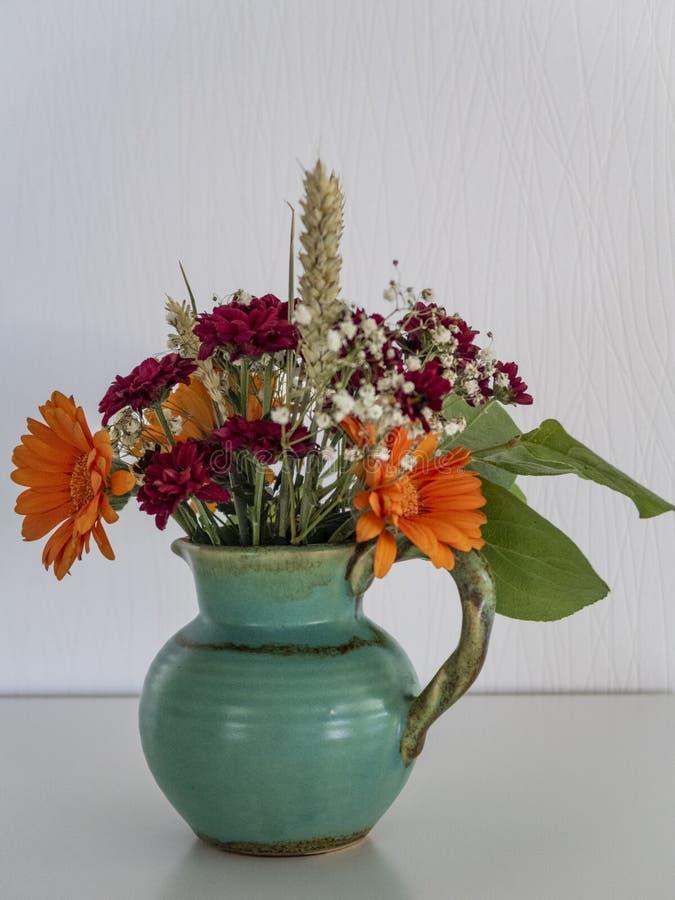 Bouquet de chute dans le vase bleu photos libres de droits
