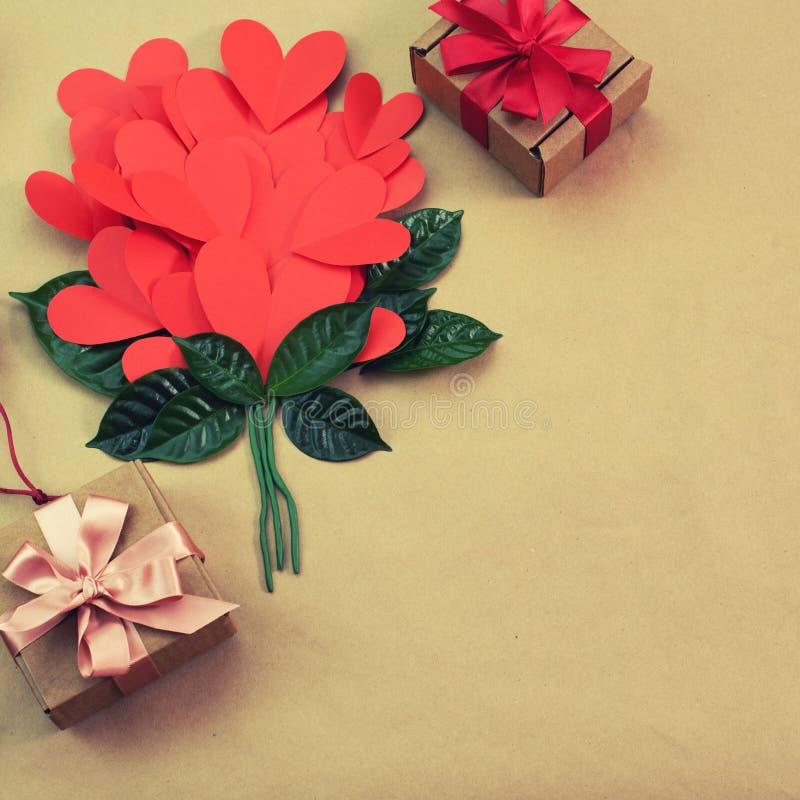Bouquet de concept rouge d'arc de ruban de satin de cadeau de coeurs de Valentine& x27 ; jour de s, anniversaire, women& x27 ; jo photographie stock