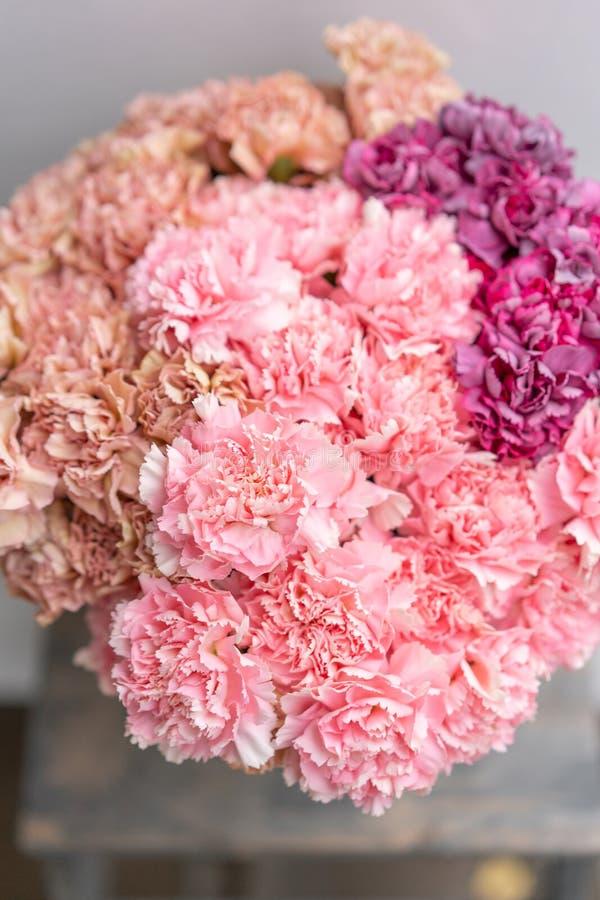 Bouquet de couleur de fleurs rose et violet d'oeillet Fond de source Présent de groupe de clou de girofle pour le jour de mères photo stock