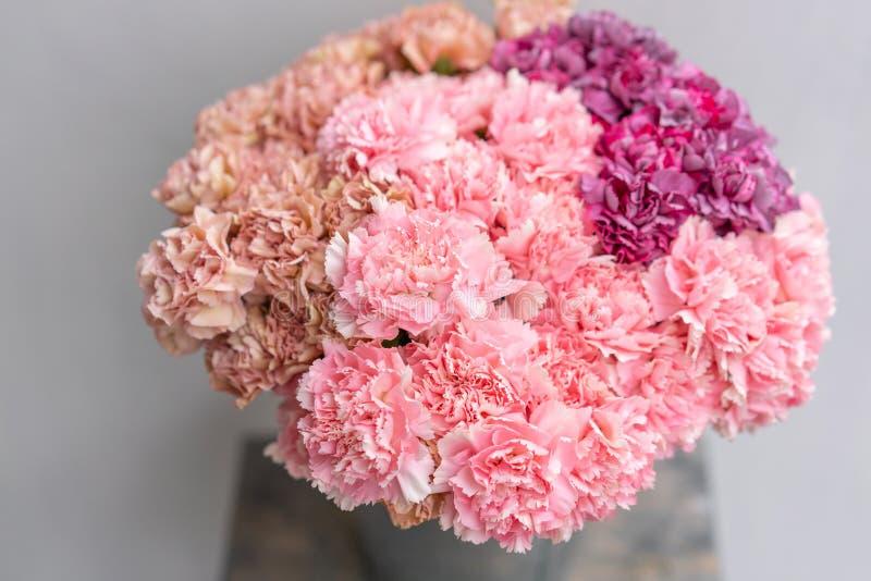 Bouquet de couleur de fleurs rose et violet d'oeillet Fond de source Présent de groupe de clou de girofle pour le jour de mères images stock