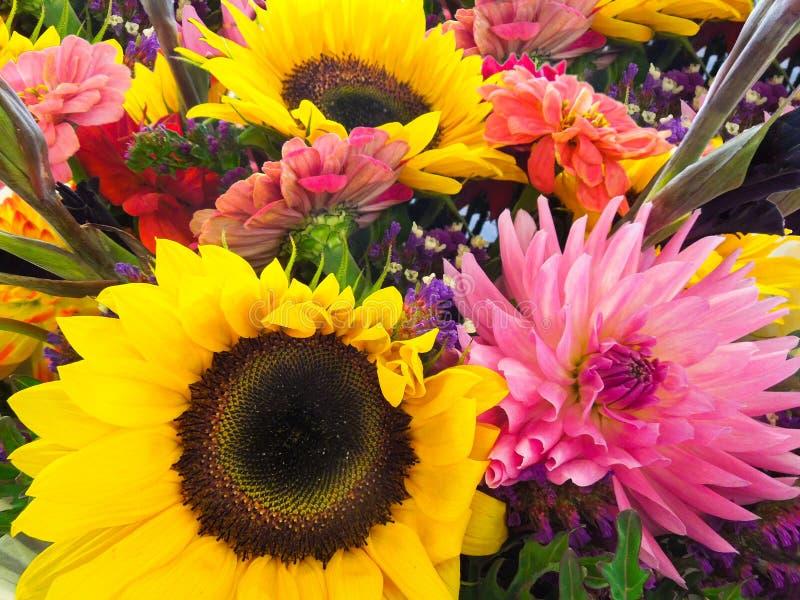 Bouquet de fleur au stand du marché d'agriculteurs photo libre de droits