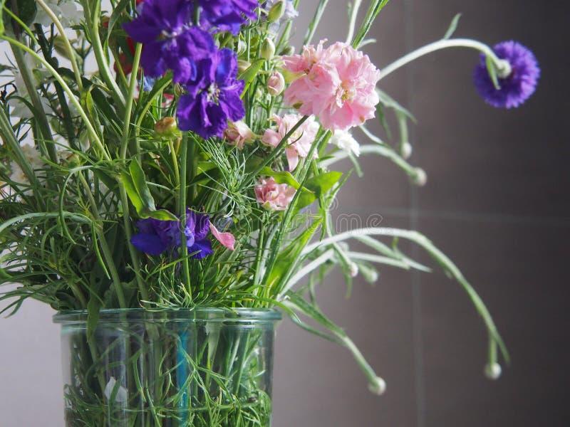 Bouquet de fleur dans la salle de bains photos stock