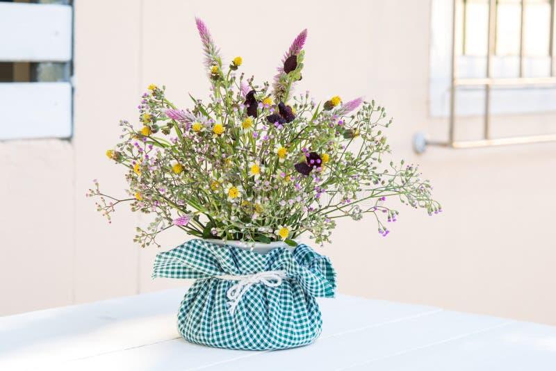 Bouquet de fleur dans le vase sur le blanc photographie stock libre de droits