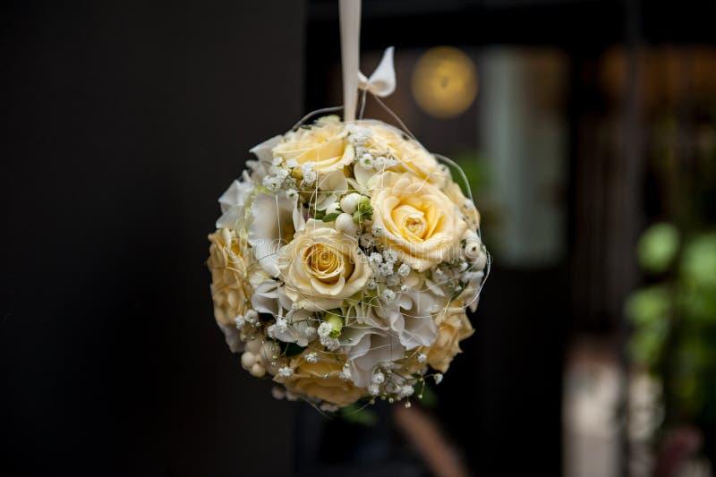 Bouquet de fleur de forme de sphère accrochant sur le fond foncé photographie stock libre de droits