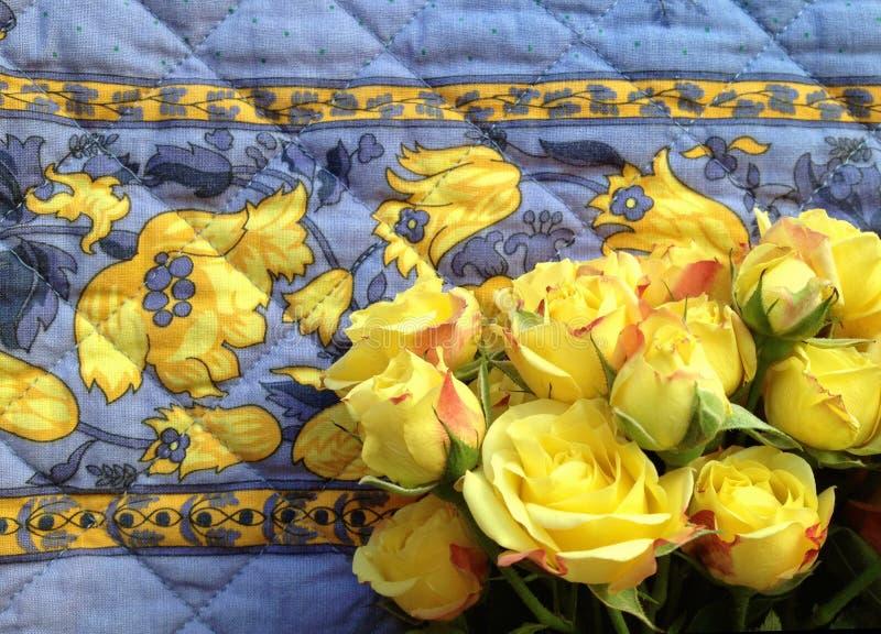 Roses jaunes sur le vieux tissu images stock