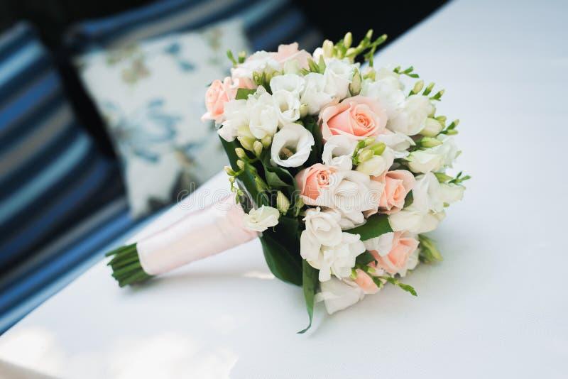 bouquet de fleur de mariage sur la table blanche images stock