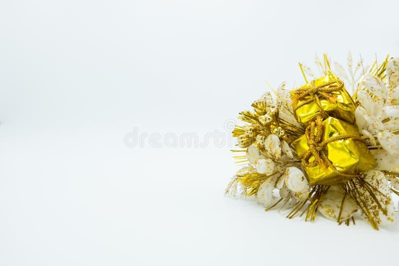 Bouquet de fleur de Noël avec le plan rapproché d'or de paquets de cadeaux Copiez l'espace photo libre de droits