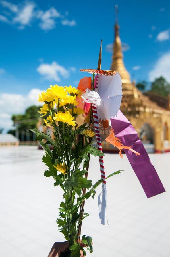 Bouquet de fleur pour payer le culte à la pagoda de Pyi Daw oui dans Kawthaung photo libre de droits