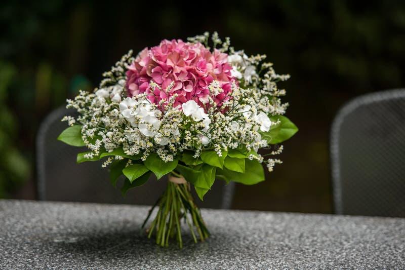 Bouquet de fleur rouge et blanc sur la table grise photographie stock