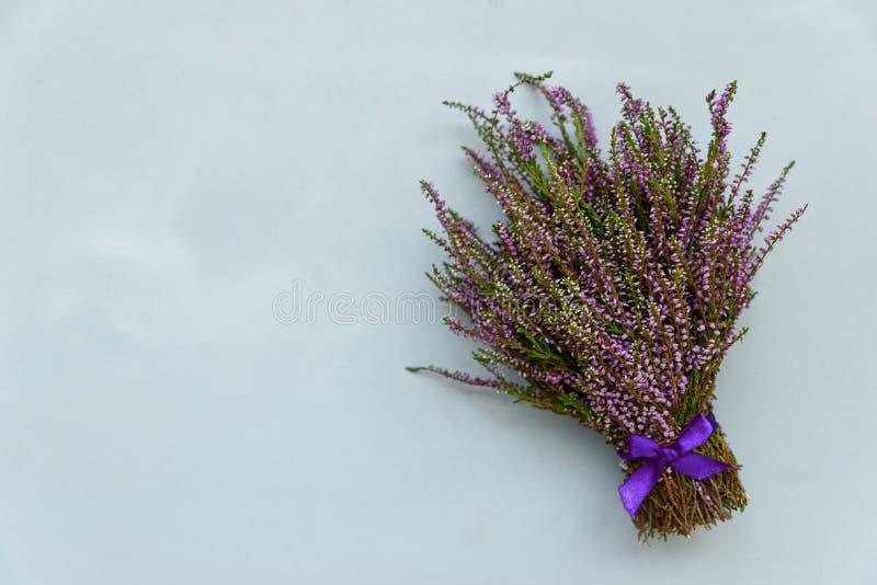Bouquet de fleurs de Heather sur le fond en bois gris Vue sup?rieure Copiez l'espace photographie stock