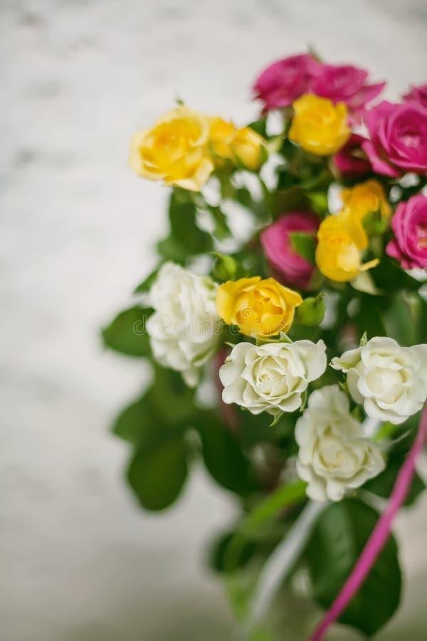 Bouquet de floraison des fleurs - petites roses image stock