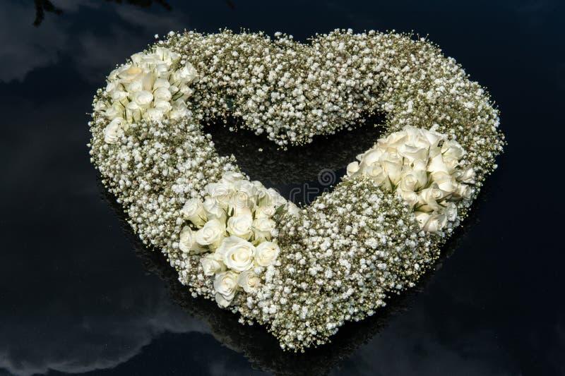 Bouquet de forme de coeur des fleurs photos libres de droits