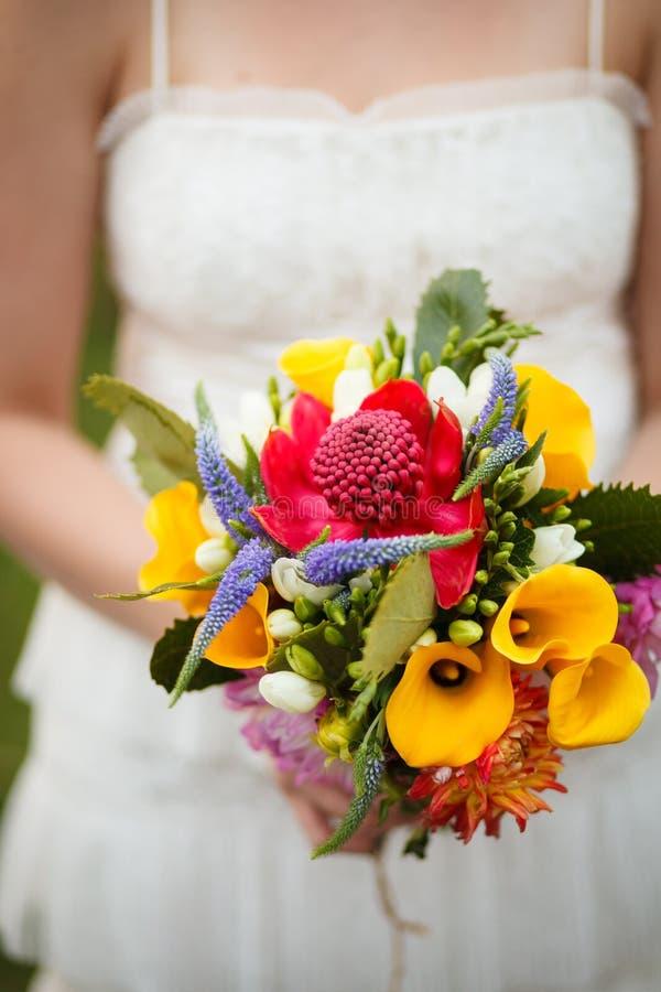 Bouquet de jeune mariée images libres de droits
