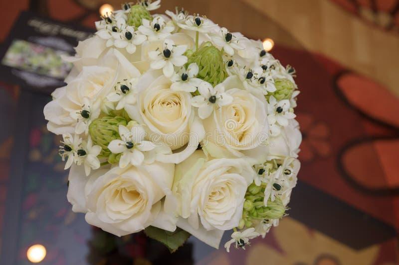 Bouquet de jeune mariée avec les roses blanches photo stock