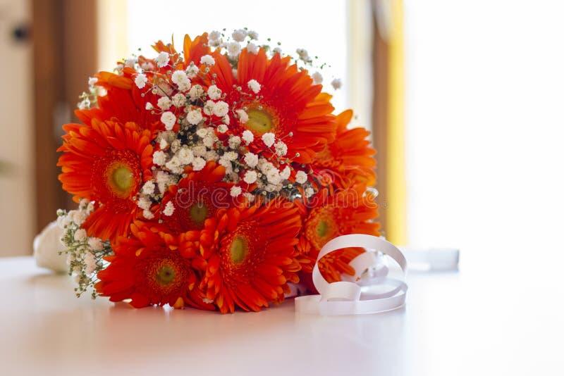 Bouquet de jeune mariée de fleurs orange et blanc photos stock