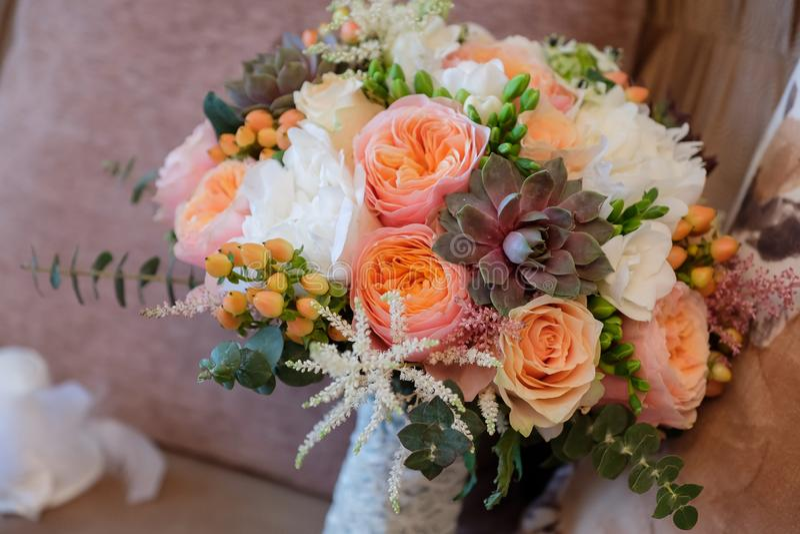 Bouquet de jeune mari?e avec des roses photo stock