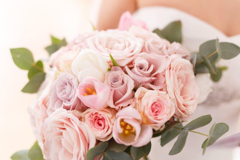 Bouquet de jeunes mariées des roses, des tulipes et de l'eucalyptus photo libre de droits