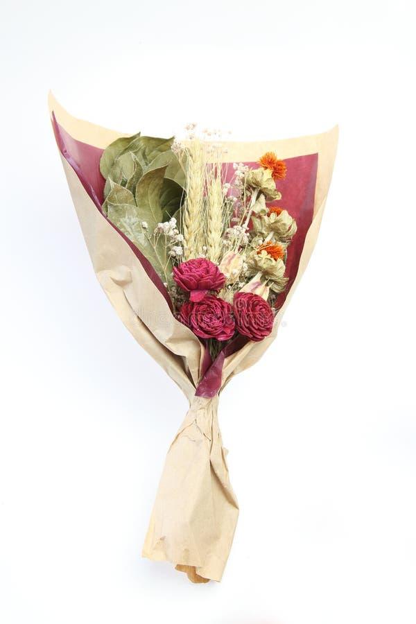 Bouquet de la fleur sèche s'enveloppant avec le papier photographie stock libre de droits